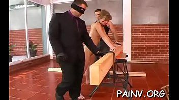 Humilhação de saída com vadia curvada que recebe punição