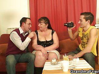 2 hommes filment des scènes de films porno avec une vieille femme aux gros pare-chocs
