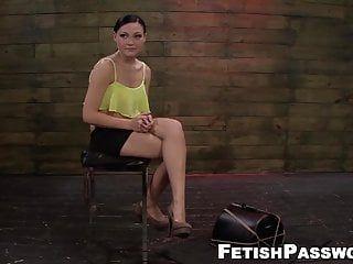 Senhora sem queixas destruída com sexo grosseiro e bombeamento de máquina