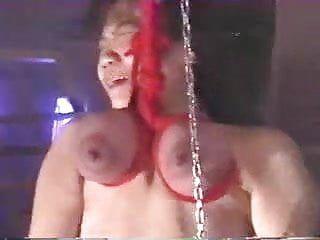 Gostosa japonesa é brutalmente torturada suspensa pelo peito