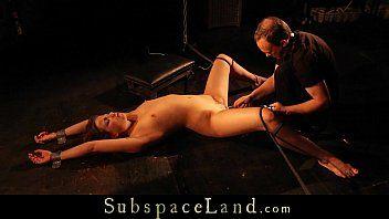 Donzela de pernas arqueadas é estimulada de 3 maneiras