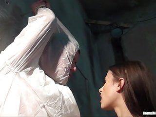 Lo stallone allacciato riceve una sega dalla playgirl del taskmaster